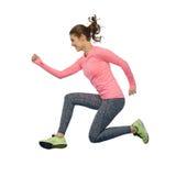 Mujer joven deportiva sonriente feliz que salta en aire Foto de archivo libre de regalías