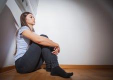 Mujer joven deprimida Fotos de archivo libres de regalías