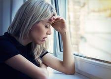 Mujer joven deprimida Fotos de archivo