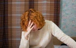 Mujer joven deprimida Imagen de archivo libre de regalías