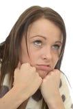 Mujer joven deprimida aburrida desgraciada que siente abajo en las descargas Imagen de archivo
