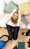 Mujer joven deprimida que hace el quehacer doméstico Imagen de archivo libre de regalías