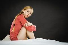 Mujer joven deprimida triste en cama Fotos de archivo