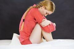 Mujer joven deprimida triste en cama Imagenes de archivo