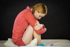Mujer joven deprimida triste en cama Imagen de archivo libre de regalías