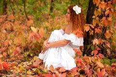 mujer joven, desgastando en la alineada blanca Fotografía de archivo libre de regalías