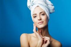Mujer joven después de la ducha Fotografía de archivo libre de regalías