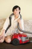 Muchacha oscilante con el limpiador del vacum foto de archivo