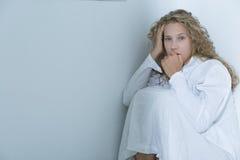Mujer joven después del ataque de nervios Foto de archivo