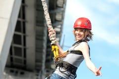 Mujer joven después del salto del amortiguador auxiliar fotos de archivo