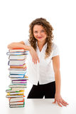 Mujer joven detrás de la pila de libros aislados en blanco Fotos de archivo libres de regalías