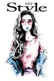 Mujer joven dibujada mano con el chicle Retrato hermoso de la mujer Muchacha linda con el pelo largo Mujer de la moda en ropa inf Foto de archivo libre de regalías