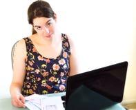 Mujer joven dimitida a pagar de la cuenta Imágenes de archivo libres de regalías