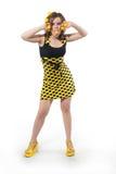 Mujer joven divertida en estudio con las bolas amarillas Fotos de archivo libres de regalías