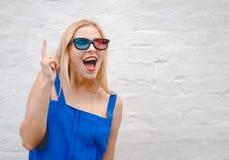 Mujer joven divertida en los vidrios 3d emocionados y Foto de archivo libre de regalías