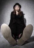 Mujer joven divertida en un traje negro Foto de archivo libre de regalías