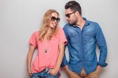 Mujer joven divertida que muestra a su novio su lengua Fotografía de archivo libre de regalías