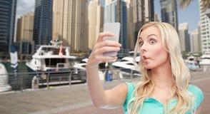 Mujer joven divertida que toma el selfie con smartphone Fotografía de archivo libre de regalías