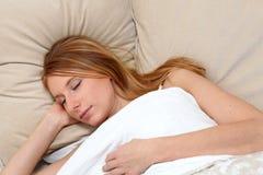 Mujer joven dormida fotografía de archivo libre de regalías