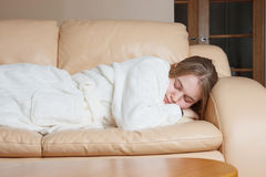 Mujer joven dormida en el sofá Imagen de archivo