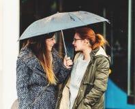 Mujer joven dos debajo de la lluvia Imágenes de archivo libres de regalías