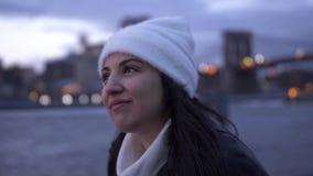 Mujer joven dos disfrutar de una tarde maravillosa en el horizonte de Manhattan en Nueva York almacen de video