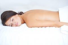Mujer joven durante el tratamiento del balneario Fotografía de archivo libre de regalías