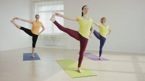 Mujer joven durante la yoga traning metrajes