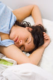 Mujer joven durmiente Fotos de archivo libres de regalías