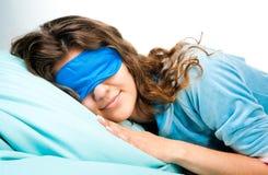 Mujer joven durmiente en máscara de ojo del sueño Fotografía de archivo