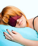 Mujer joven durmiente en máscara de ojo del sueño Imágenes de archivo libres de regalías