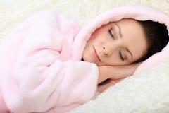 Mujer joven durmiente que la tiene ojos cerrados Imagen de archivo