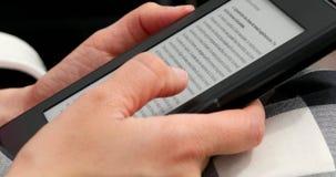 Mujer joven Ebook de lectura en un Amazon Kindle almacen de metraje de vídeo