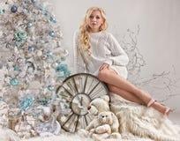 Mujer joven, el árbol del Año Nuevo y reloj viejo Fotos de archivo libres de regalías