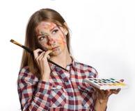 Mujer joven el artista. Mirada para arriba en la esquina Imagen de archivo