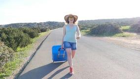 Mujer joven el vacaciones con una maleta almacen de metraje de vídeo