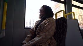 Mujer joven, el viajar que se sienta del pasajero femenino adolescente de la muchacha del adolescente en una tranvía a través de  almacen de video