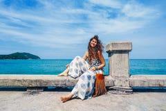 Mujer joven elegante alegre que se divierte al aire libre fotografía de archivo libre de regalías