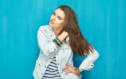 Mujer joven elegante con el pelo largo que se opone a azul Imagenes de archivo