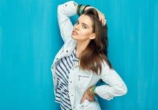 Mujer joven elegante con el pelo largo que se opone a azul Fotos de archivo