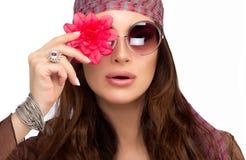 Mujer joven elegante con la flor roja sobre su ojo Foto de archivo