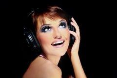 Mujer joven elegante con maquillaje atractivo de la tarde que escucha a Imagen de archivo libre de regalías