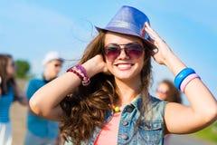 Mujer joven elegante en gafas de sol Fotos de archivo