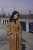 Mujer joven elegante hacia fuera para un paseo ella se vistió y las miradas muy de moda Foto de archivo libre de regalías
