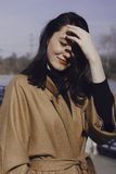 Mujer joven elegante hacia fuera para un paseo ella se vistió y las miradas muy de moda Foto de archivo