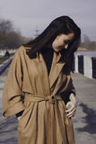 Mujer joven elegante hacia fuera para un paseo ella se vistió y las miradas muy de moda Imagen de archivo