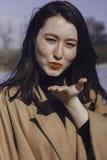 Mujer joven elegante hacia fuera para un paseo ella se vistió y las miradas muy de moda Imagenes de archivo