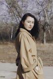 Mujer joven elegante hacia fuera para un paseo ella se vistió y las miradas muy de moda Imagen de archivo libre de regalías