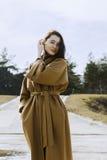 Mujer joven elegante hacia fuera para un paseo ella se vistió y las miradas muy de moda Imágenes de archivo libres de regalías