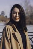 Mujer joven elegante hacia fuera para un paseo ella se vistió y las miradas muy de moda Fotos de archivo libres de regalías